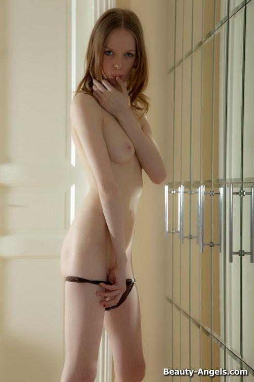106 Сексуальная милашка показывает своё голое тело и балует свою киску