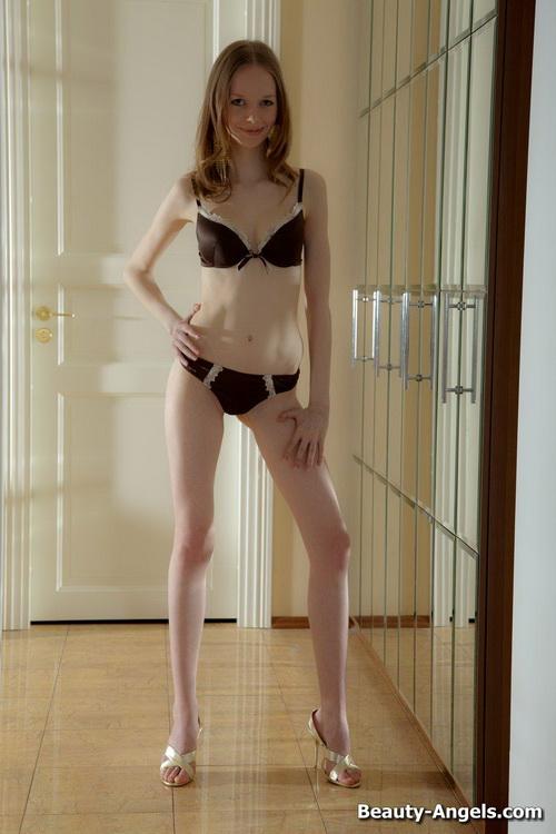 120 Сексуальная милашка показывает своё голое тело и балует свою киску