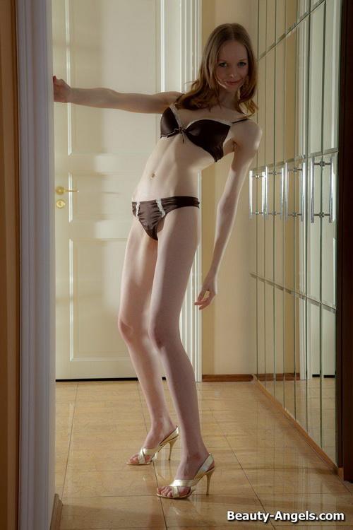 26 Сексуальная милашка показывает своё голое тело и балует свою киску