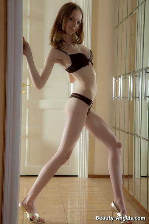 36 Сексуальная милашка показывает своё голое тело и балует свою киску