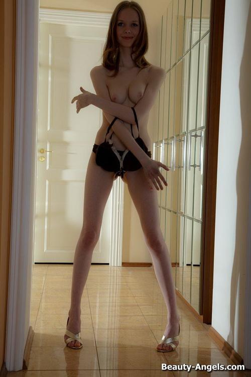 66 Сексуальная милашка показывает своё голое тело и балует свою киску