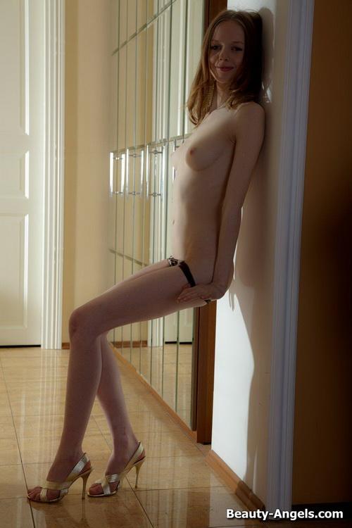 86 Сексуальная милашка показывает своё голое тело и балует свою киску