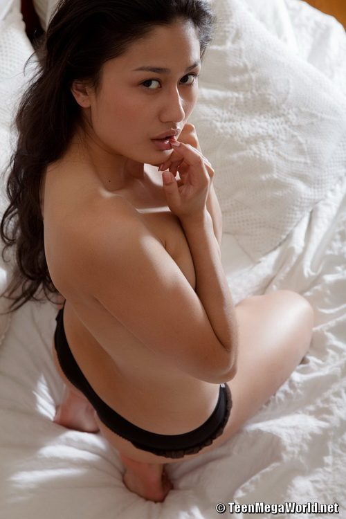 92 Эта удивительная девушка не стесняется сниматься голышом